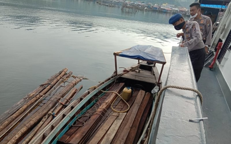 Polisi Amankan Kapal Pengangkut Kayu Ilegal di Perairan Karang Sibongsu Tapteng