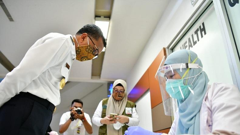 Ratusan Santri dari Jatim Rapid Test di Bandara Sultan Hasanuddin Makassar