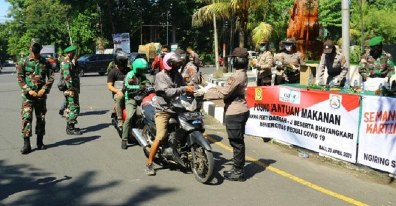 TNI-Polri Kompak Bagikan Nasi Bungkus dan Masker untuk Pengemudi Ojol di Bali