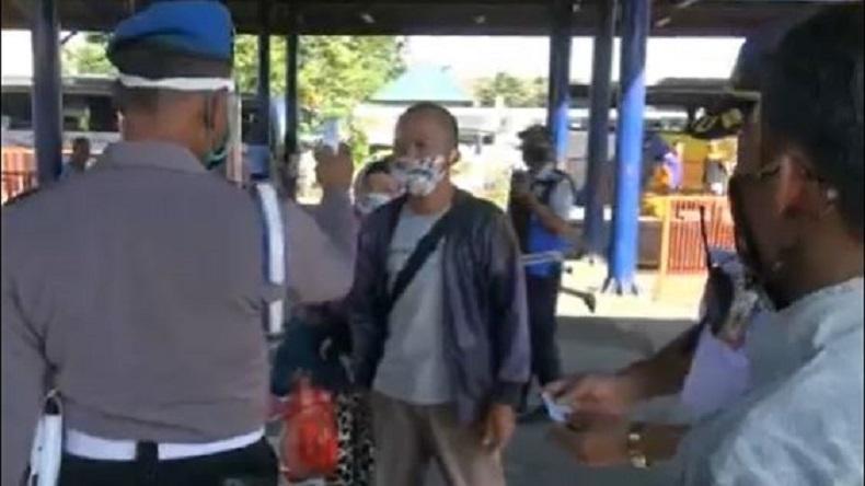Jelang PSBB di Sidoarjo, Petugas Gabungan Razia Pemudik di Terminal Purabaya