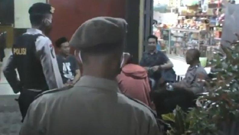 Patroli Uji Coba PSBB di Gowa, Oknum Polisi Terjaring Kumpul dengan Warga Tanpa Masker