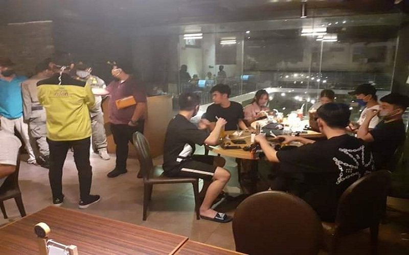 Pengunjung Kafe di Medan Tetap Ramai, Satpol PP Bubarkan Paksa
