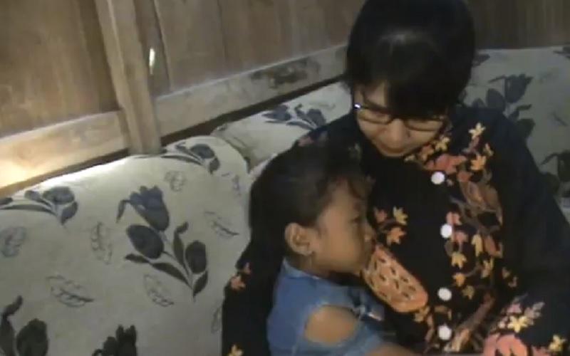 Kangen Sekolah, Siswi di Grobogan Nangis saat Guru ke Rumah untuk Mengajar