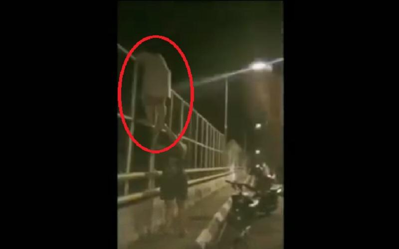 Video Viral Ibu Muda Kerasukan Hendak Bunuh Diri di Jembatan Banjar
