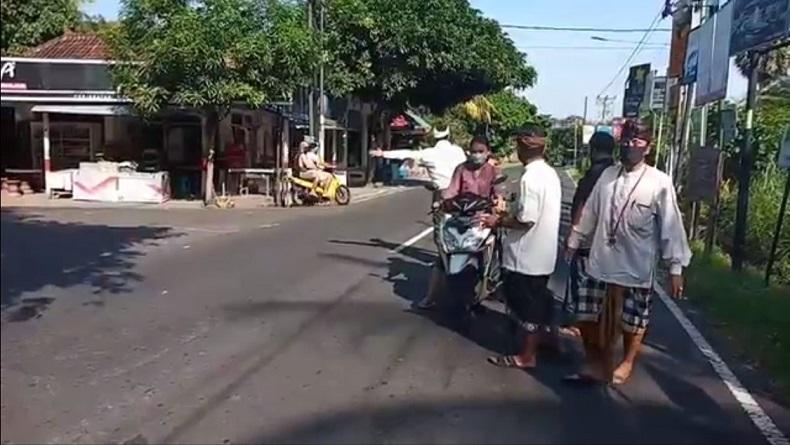 Desa Bondalem Buleleng Diisolasi, Pecalang Berjaga di Pintu Masuk Desa
