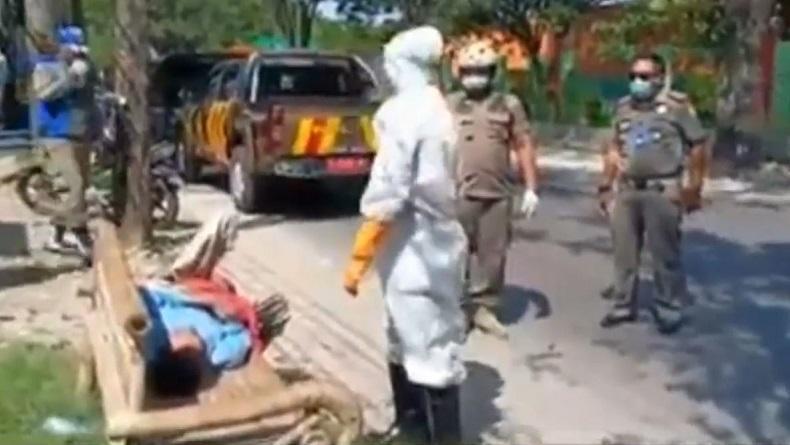 Tergeletak Lemas di Pinggir Jalan, Laki-laki Tanpa Identitas di Bojonegoro Dievakuasi ke RS
