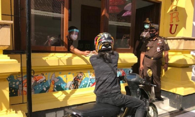 Hindari Kerumunan, Kejari Denpasar Layani Tilang Drive Thru selama Masa Pandemi Covid-19