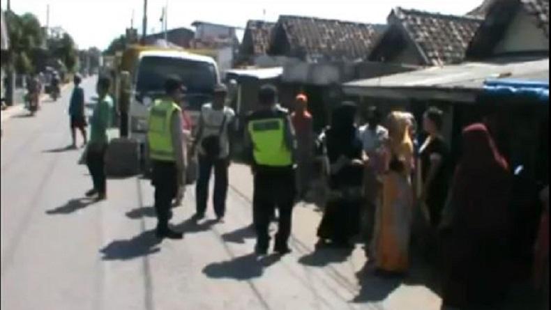 Truk Sirtu Bikin Debu, Emak-Emak di Sidoarjo Blokade Jalan dan Minta Ganti Rugi Uang