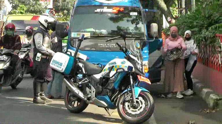 PSBB Jabar, 2 Mobil Travel Berisi Puluhan Pemudik Nekat Kabur dari Pemeriksaan