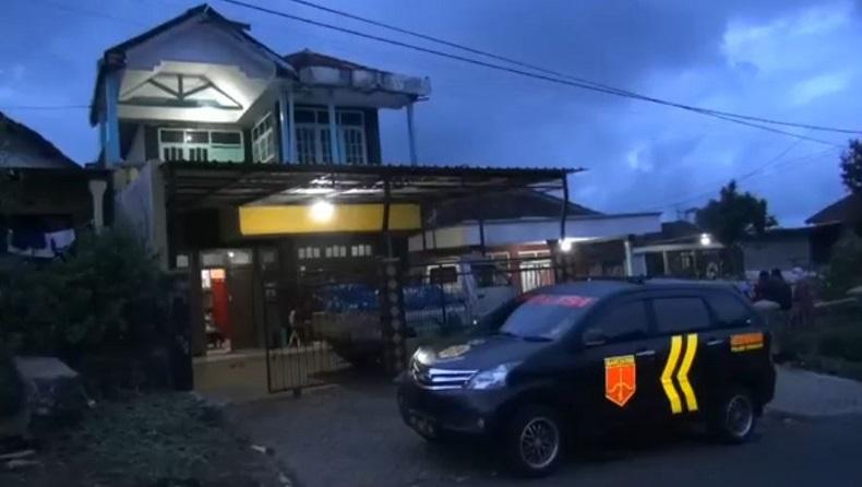 Suami Tega Gergaji Leher Istri hingga Kritis di Malang, lalu Lompat dari Lantai 2 Rumah