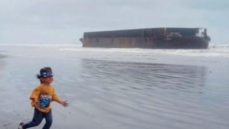 Tersapu Badai, Kapal Tongkang Terdampar di Pantai Aceh Barat