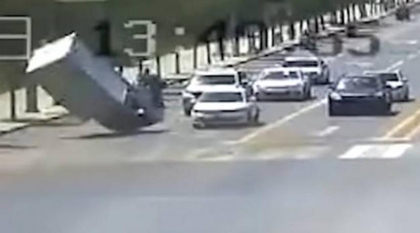 Viral Mobil Boks Terangkat Angin Puting Beliung di Jalanan lalu Jatuh di Trotoar