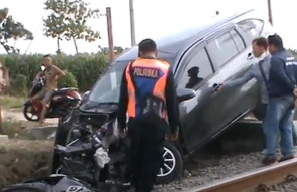 Mati Mesin saat Lintasi Rel, Minibus Ringsek Tertabrak KA di Grobogan, 2 Orang Luka
