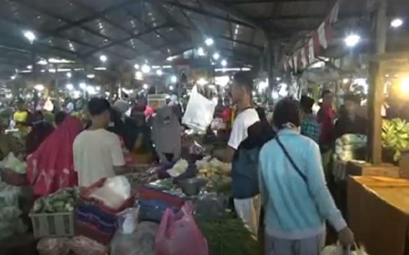 Tak Pedulikan Imbauan Satpol PP, Pengunjung Pasar Malam BKT Berjubel