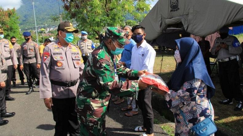 Jelang Lebaran, TNI-Polri Malut Salurkan 400 Paket Beras untuk Masyarakat Kota Ternate