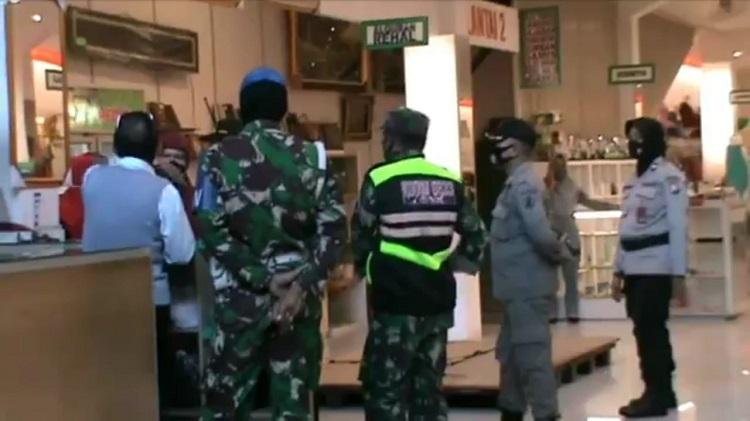 Razia PSBB, Petugas Gabungan Tutup Paksa Pertokoan di Kota Malang