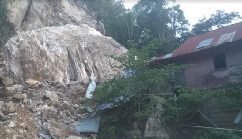 Batu Besar di Lereng Bukit Menggeliding Nyaris Timpa Rumah Warga