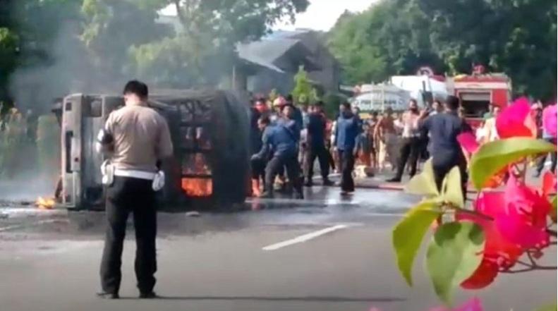 Mobil Boks Terbakar di KM 18 Gerbang Tol Bandar Selamat Medan, Diduga Memuat BBM