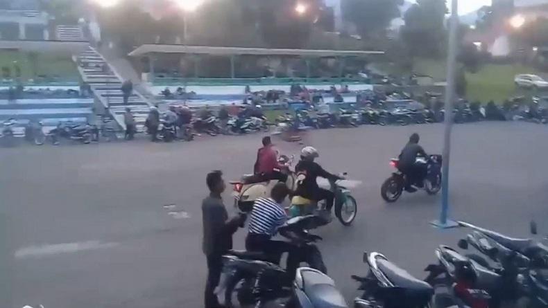Ratusan Motor dengan Knalpot Blong Kebut-Kebutan di Danau Toba, Warga Terganggu