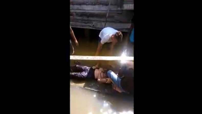 Mayat Mengapung di Kolong Rumah Bikin Kaget Warga Palembang