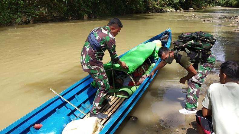 Prajurit TNI AD Arungi Sungai 6 Jam untuk Evakuasi Lansia Penderita Stroke