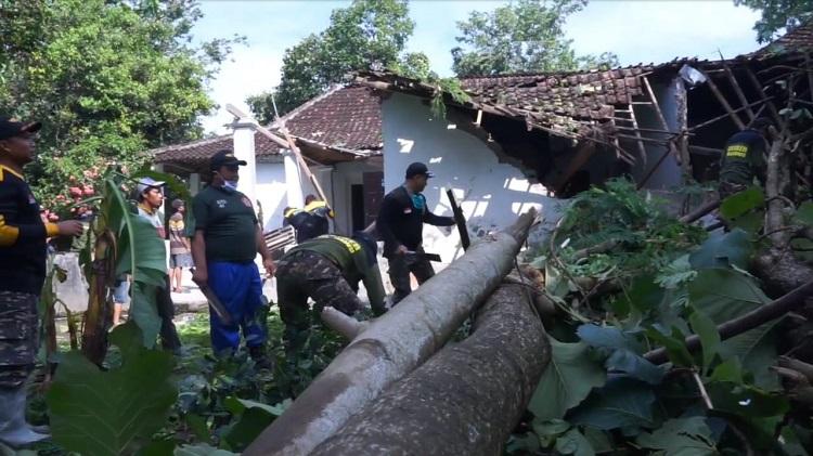 Puting Beliung Terjang 2 Desa di Blitar, 15 Rumah dan 1 Mobil Rusak Parah