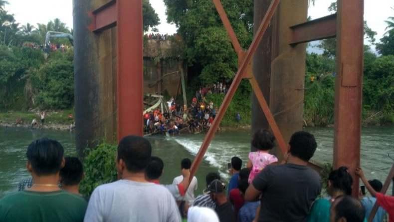 Jembatan Kayu Gadang Padang Pariaman Ambruk, 1 Pekerja Tewas