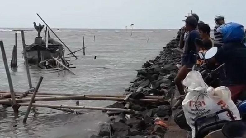 Kapal Nelayan Pantura Indramayu Tenggelam Dihantam Ombak, 1 Tewas dan 1 Hilang