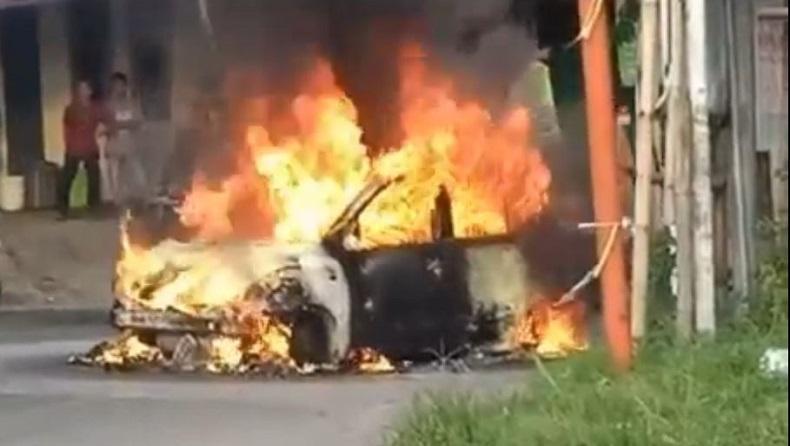 Mobil Terbakar di Lampu Merah Jember, Diduga akibat Korsleting Listrik