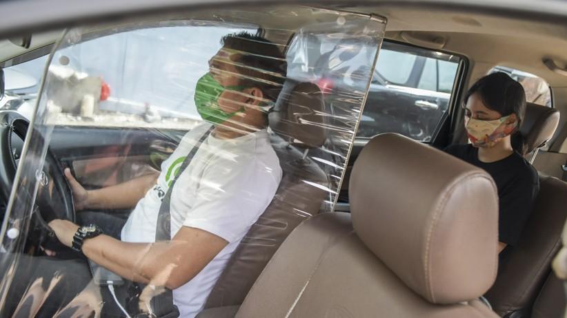 Sopir Taksi Online Pasang Sekat Pelindung untuk Cegah Penyebaran Covid-19