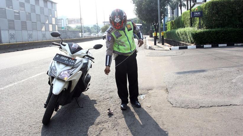 Aksi Polantas Polda Metro Jaya Sisir Jalan Gatot Subroto Cari Paku Berserakan