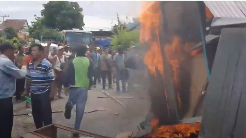 Demo Pembagian BLT di Madina Ricuh, Warga Bakar Balai Desa di Tengah Jalinsum