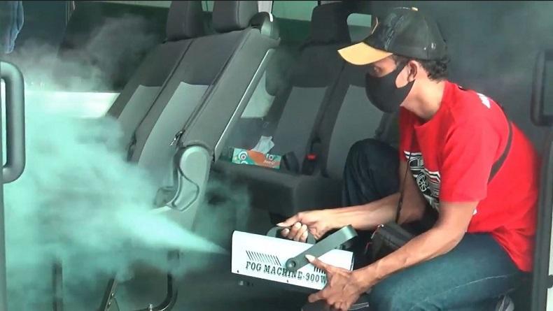 Apresiasi Tenaga Medis Covid-19, Warga Sidoarjo Semprot Kendaraan Pelayanan Kesehatan dengan Disinfektan