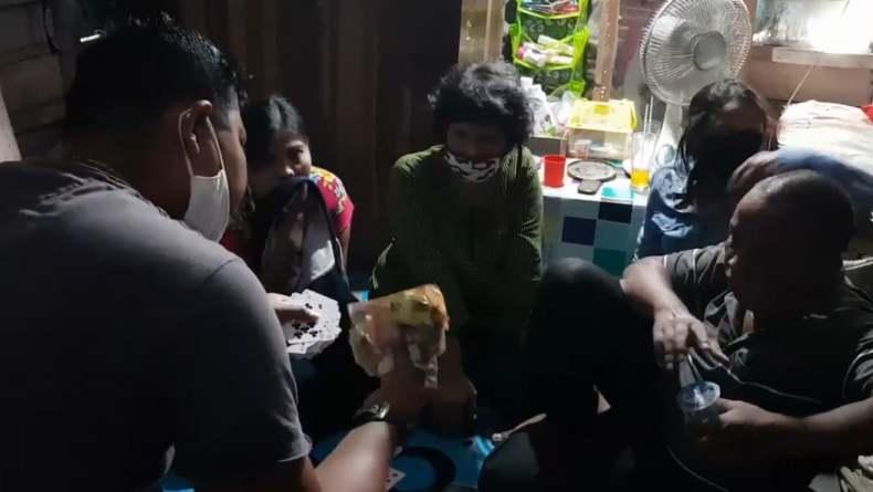 Asyik Berjudi, Nenek-Nenek di Padang Ditangkap Polisi