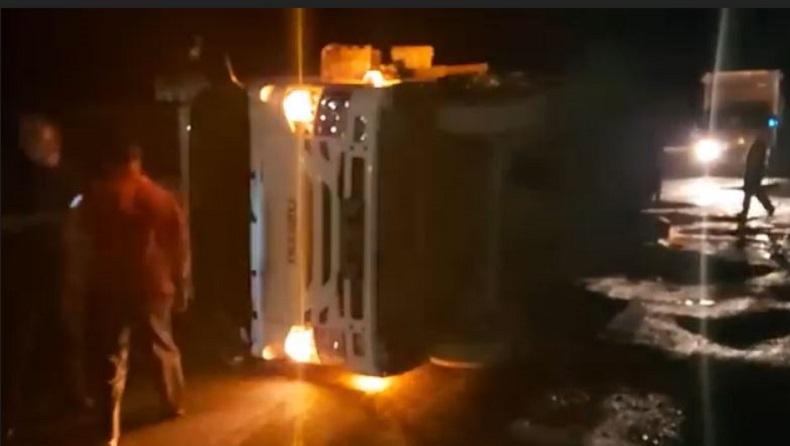 Mobil Boks Sembako Terguling di Kubu Raya, Diduga akibat Jalan Rusak Parah