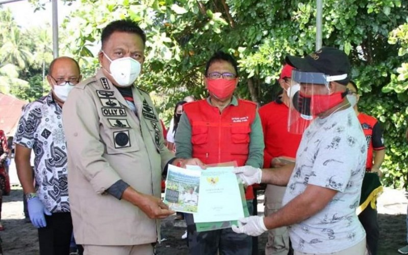 Gubernur Olly Dondokambey Serahkan 1.000 Sertifikat Redistribusi Tanah di Kabupaten Minahasa