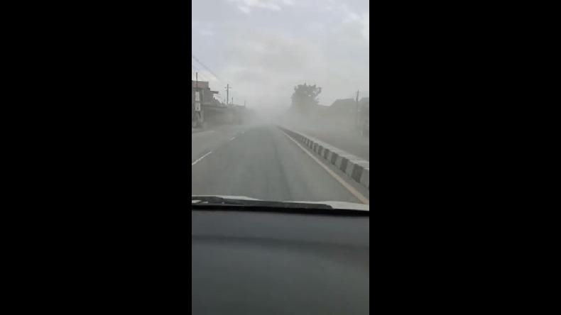 Erupsi Gunung Merapi, Jalan Raya Magelang Tertutup Hujan Abu