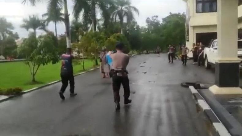 Pria Berpayung Terobos Mako Brimob Polda Sultra, Polisi Keluarkan Tembakan Peringatan
