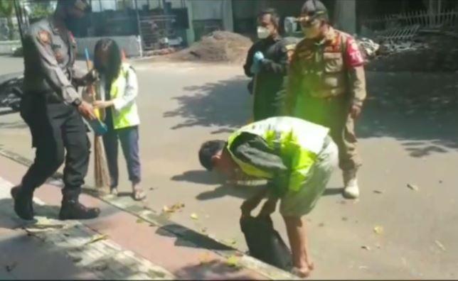 Tak Pakai Masker, Warga Tasikmalaya Dihukum Menyapu Jalan dan Fasilitas Umum