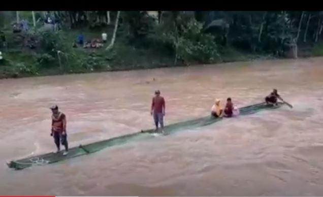 Jembatan Ambruk, Warga Desa di Tasikmalaya Terpaksa Melintasi Sungai Pakai Rakit