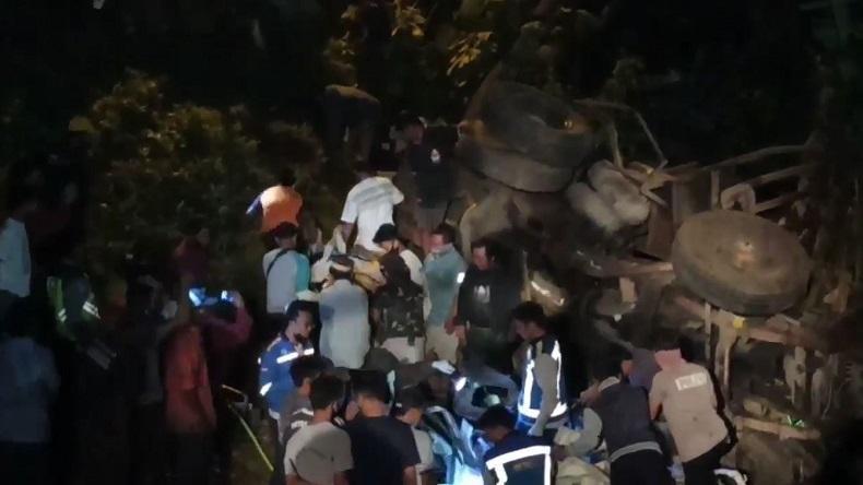 Truk Seruduk Mobil Pikap di Pasuruan dan Terjun ke Sungai, 2 Sopir Tewas Terjepit