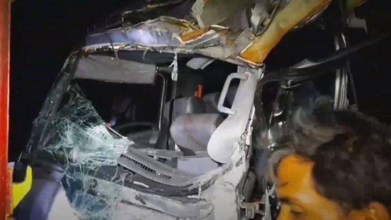Pecah Ban akibat Kelebihan Muatan, Minibus Travel Tabrak Tronton di Pantura Situbondo