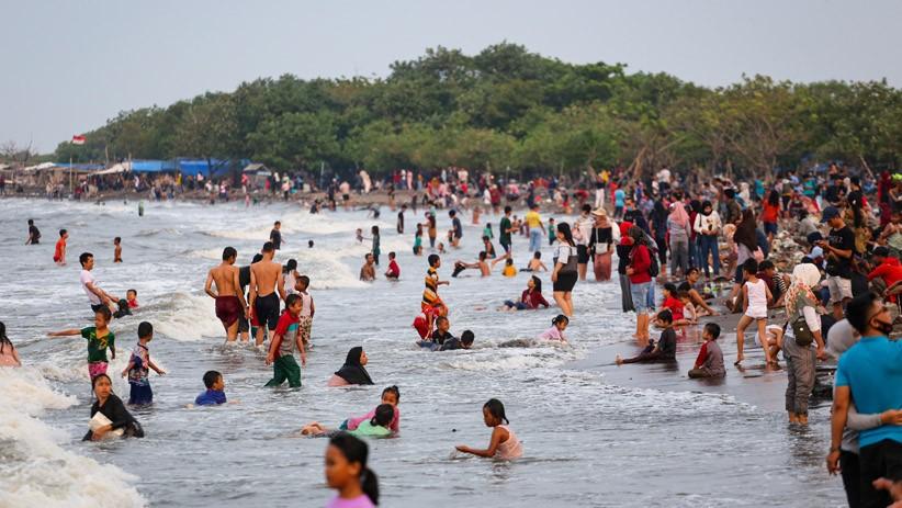 Pantai Tanjung Pasir Tangerang Dipadati Wisatawan saat PSBB