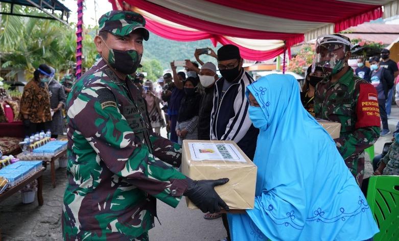 Kunker ke Gorontalo, Pangdam XIII Merdeka Bagikan Bansos ke Petugas dan Warga
