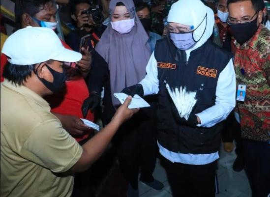 Bagikan Masker ke Pedagang di Surabaya, Khofifah: Efektif Cegah Penularan Covid-19