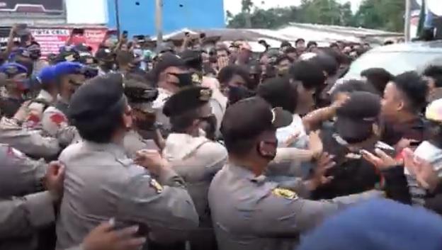 Massa Sweeping Kendaraan Angkut TKA China di Bandara Haluoleo Kendari