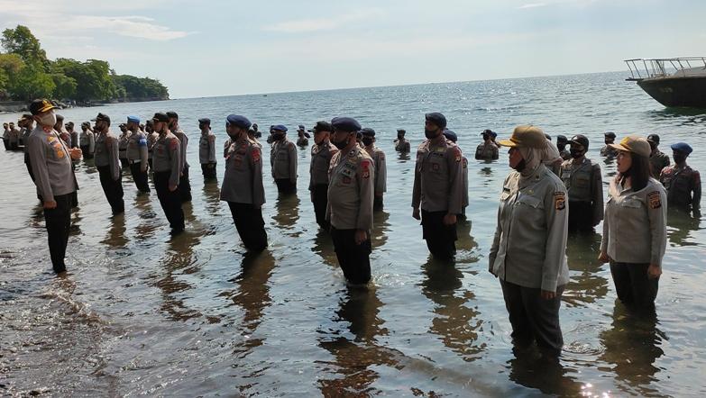 Unik, Polda Sulut Gelar Upacara Kenaikan Pangkat 368 Personel di Pinggir Laut