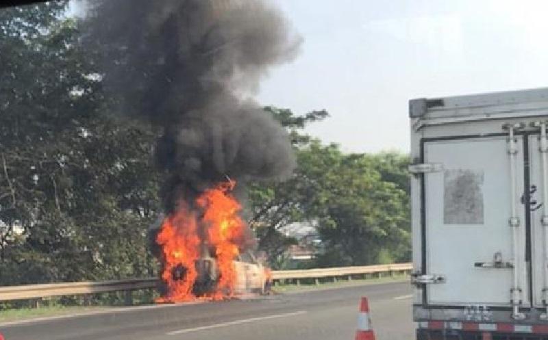 Mobil SUV Terbakar di Tol JORR Bekasi Arah Cakung