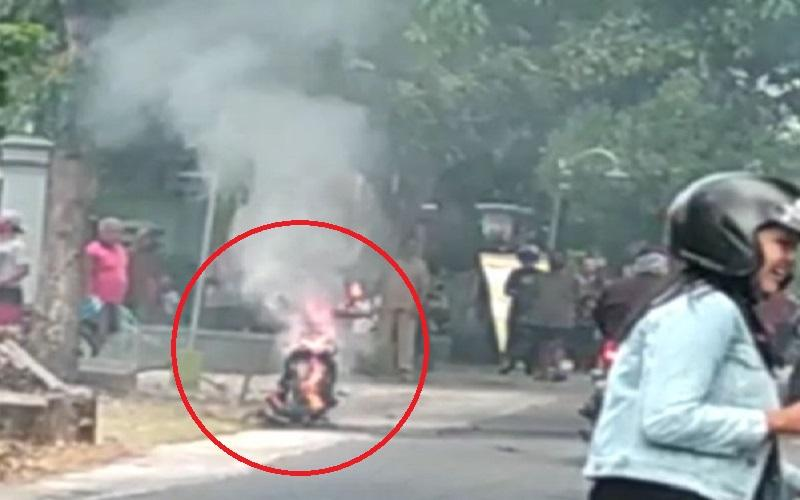 Geger, Video Sepeda Motor Listrik Terbakar di Sragen