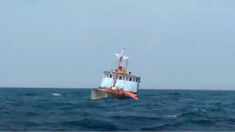 Terekam Video Amatir Detik-Detik Kapal Kargo Tenggelam di Perairan Selat Malaka